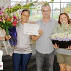 Ganhadoras de arranjos criados por Batista Reis. Flores e Acessórios: Transplantas e Kireibara.
